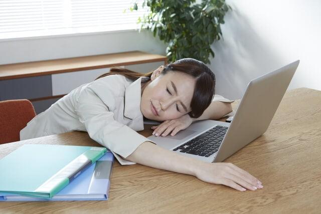 働きすぎな女性・疲れている