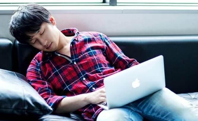 働きすぎて休息のコントロールが必要な男性