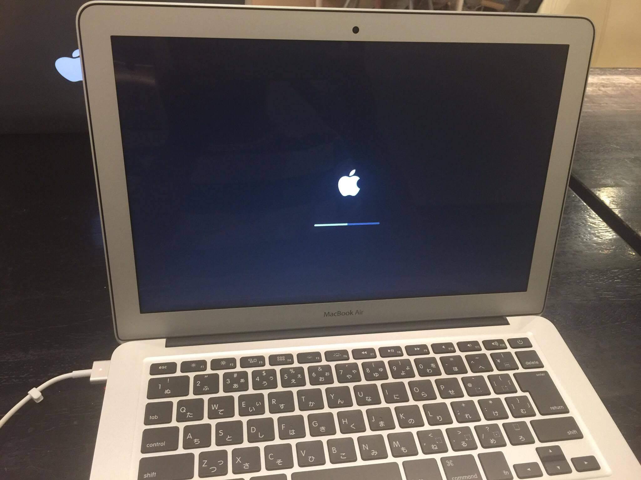 macBookAir開封して設定している様子