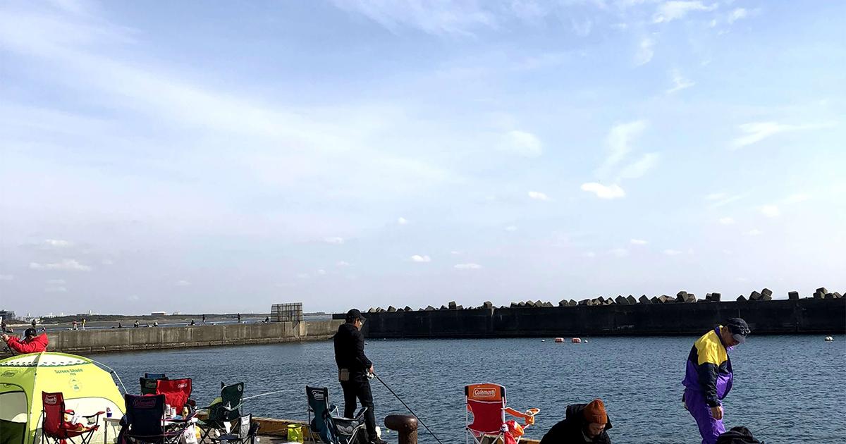 大磯漁港で釣りをしている人たち