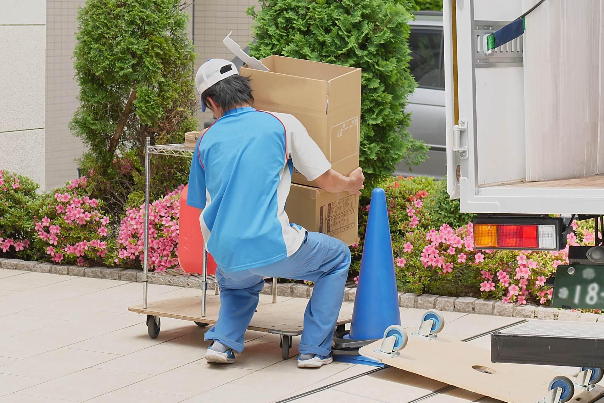 大荷物を運ぶ引っ越し業者