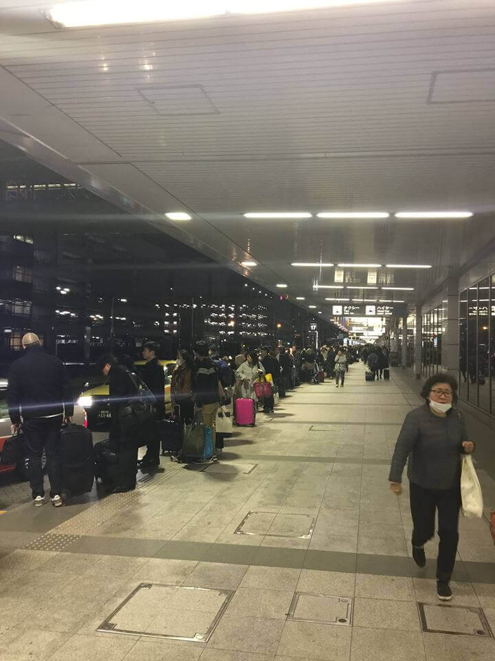 羽田空港でタクシーを待つ行列