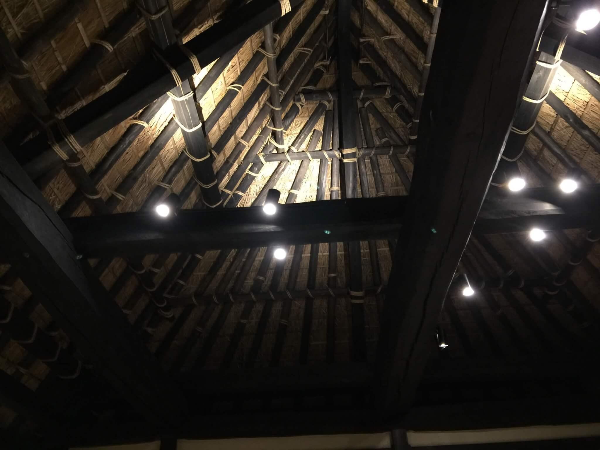 徳島・桃源郷祖谷の山里の天一方の建物の中から見た天井