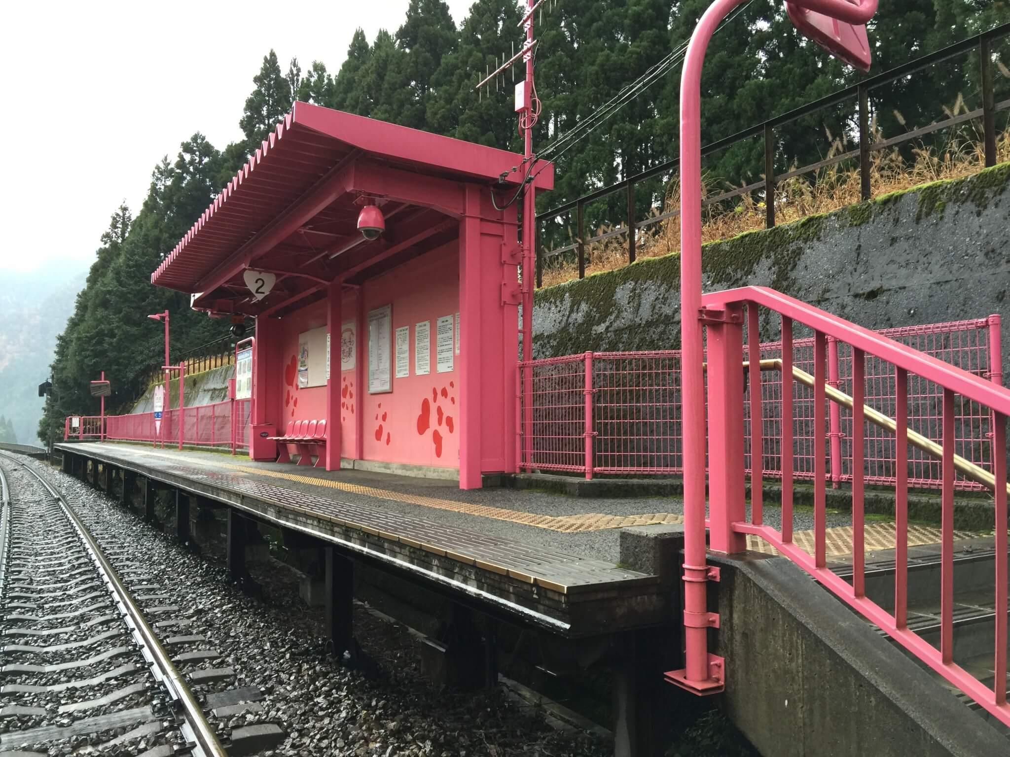 恋山形駅の駅ホーム