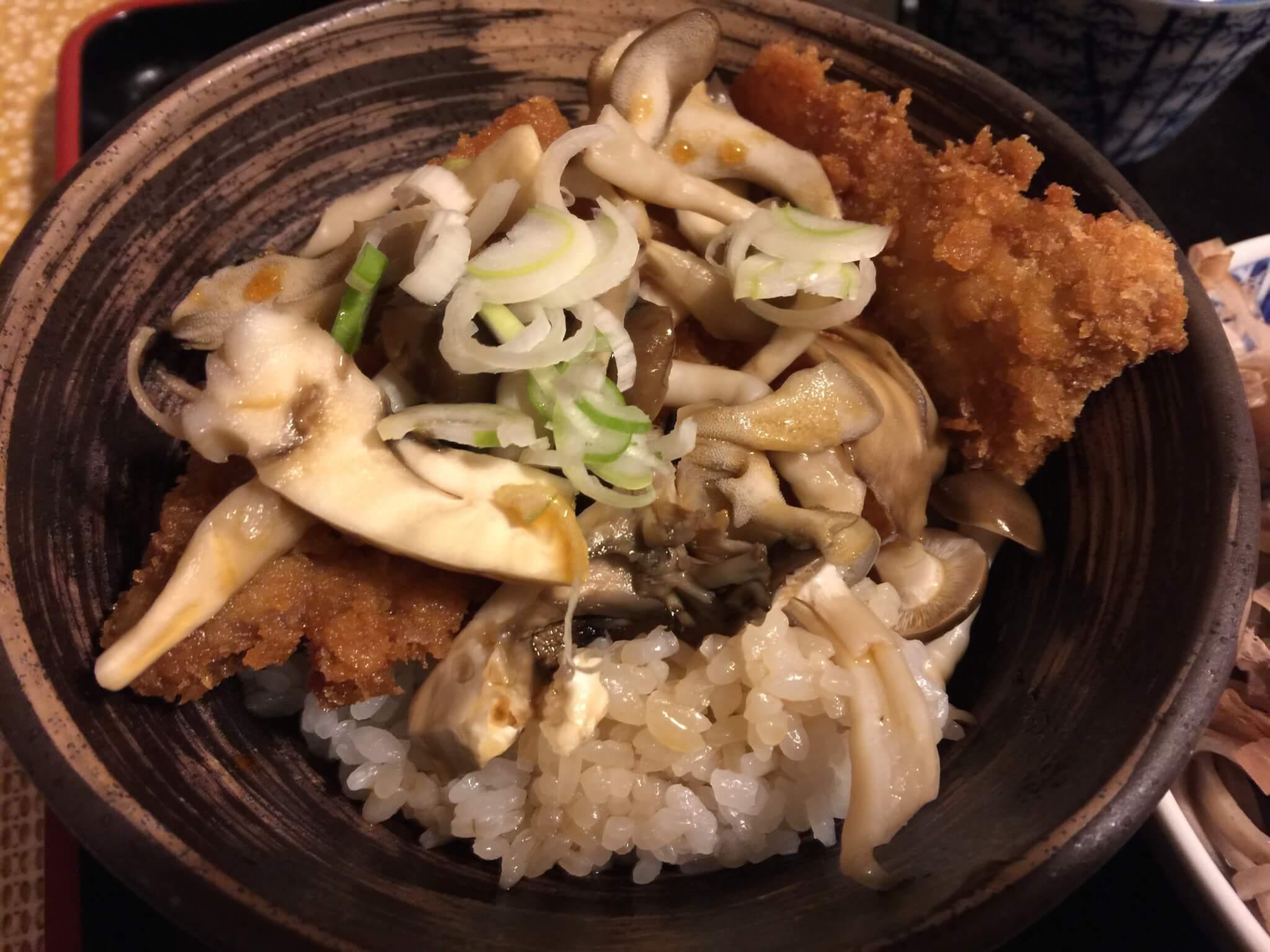 大野市の名産・舞茸と共に醤油カツ丼