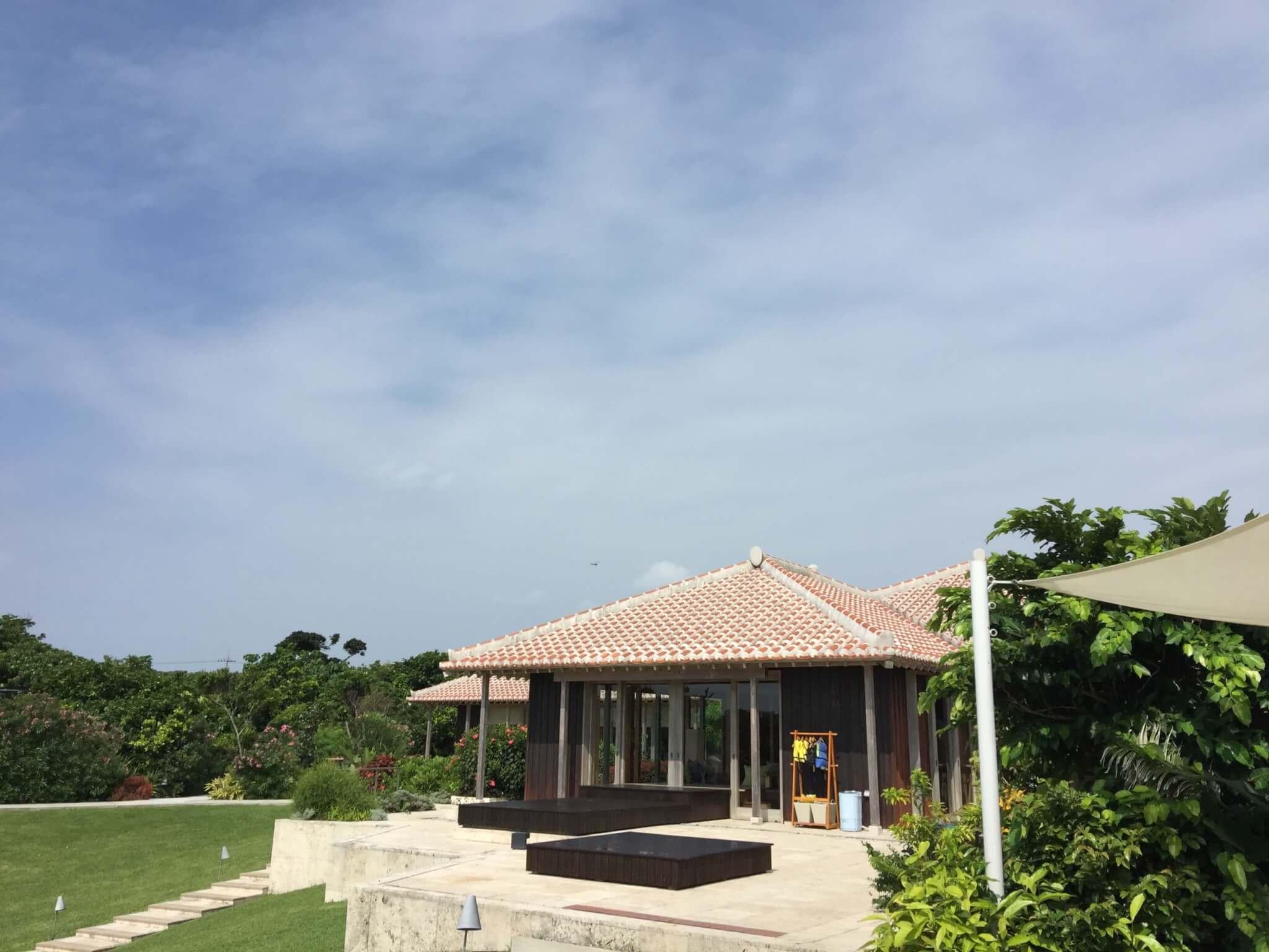 竹富島星のや敷地内から空を見上げる