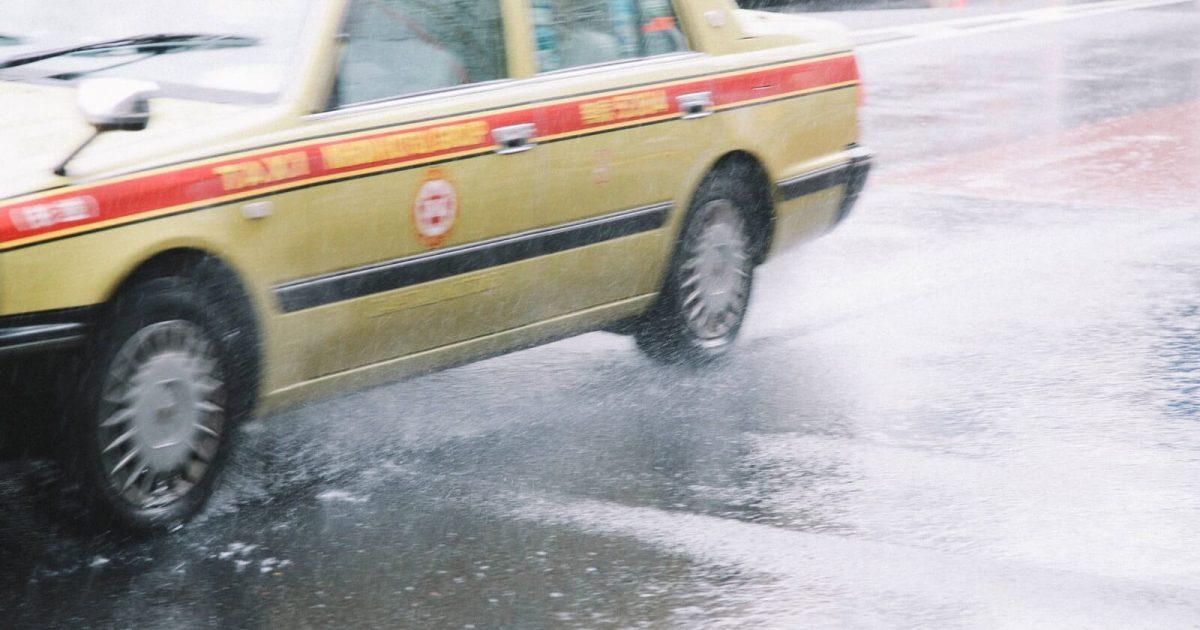 雨の中を走るタクシー
