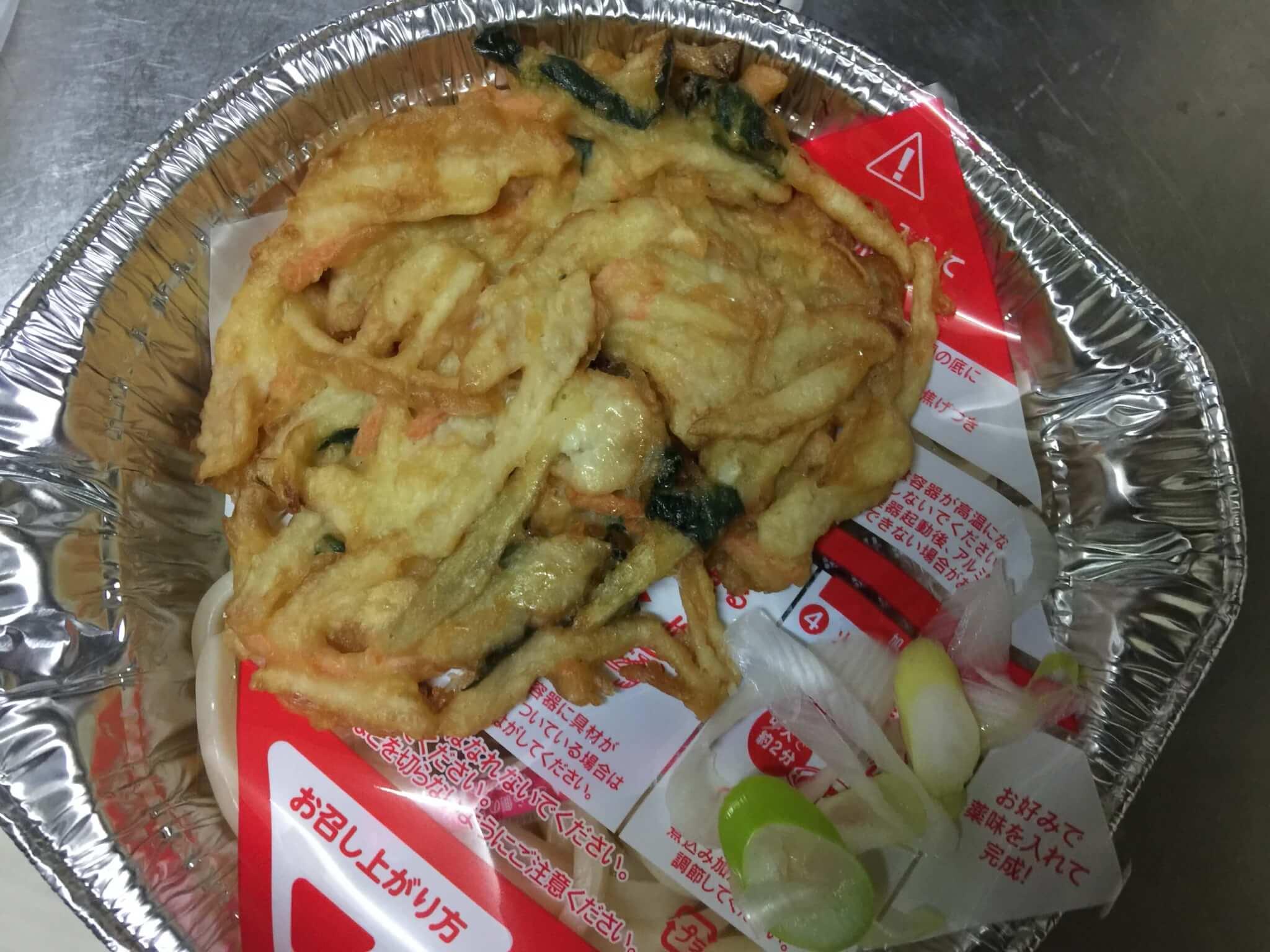 セブンイレブンの天ぷら鍋焼きうどんを開けたところ