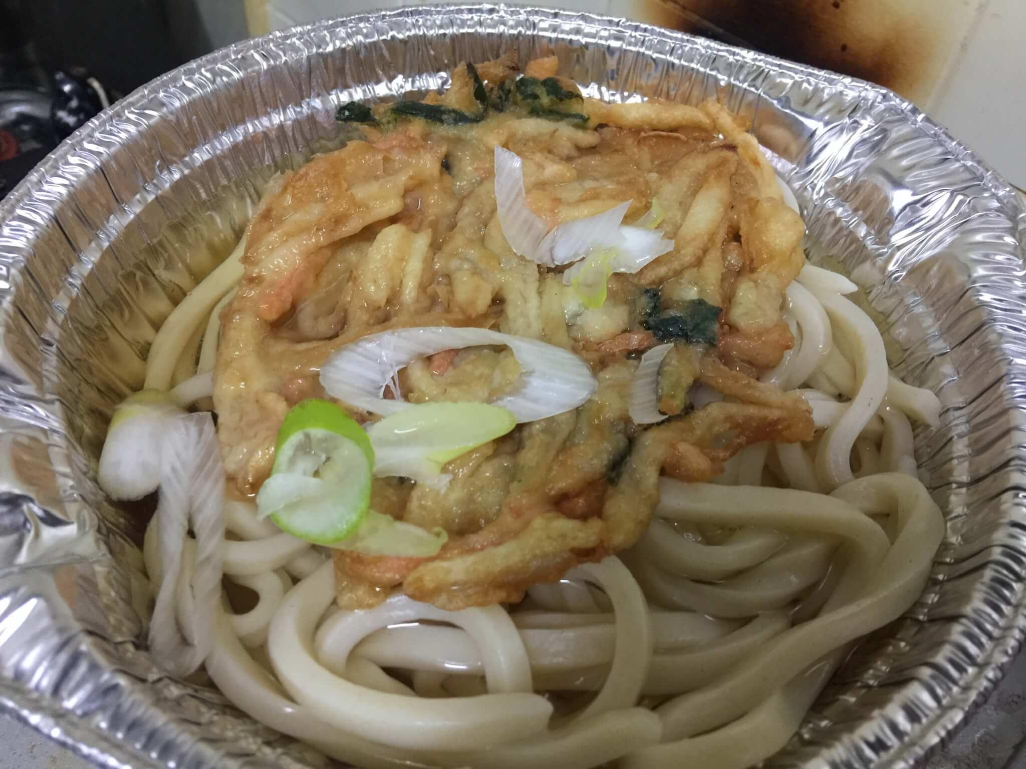 セブンイレブンの天ぷら鍋焼きうどんの調理スタート
