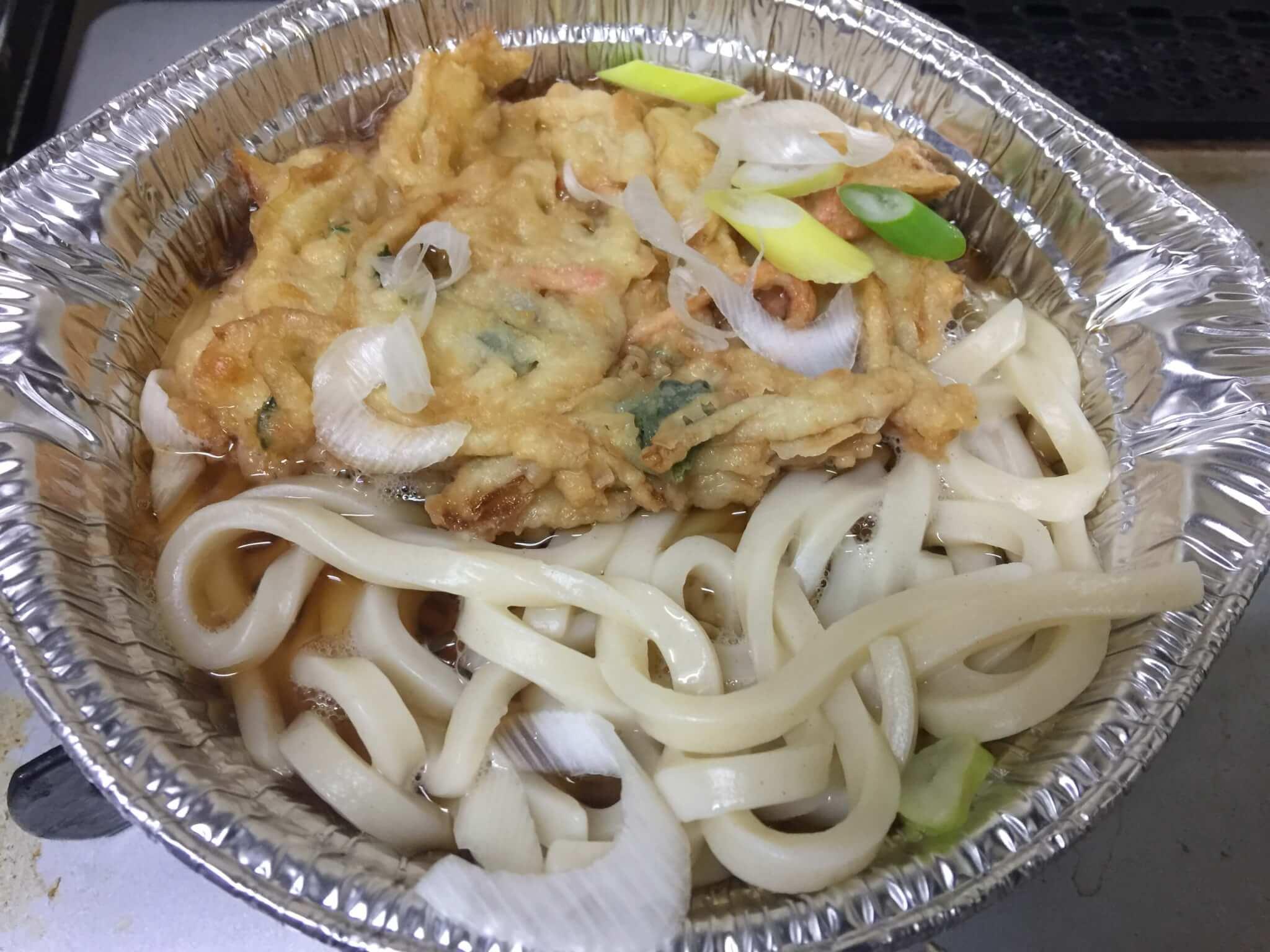 セブンイレブンの天ぷら鍋焼きうどんの調理中の状態