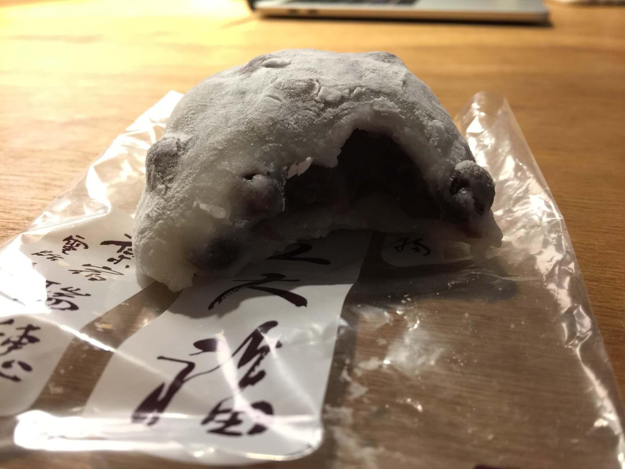 東京・原宿の大福屋「瑞穂(みずほ)」の豆大福の中身