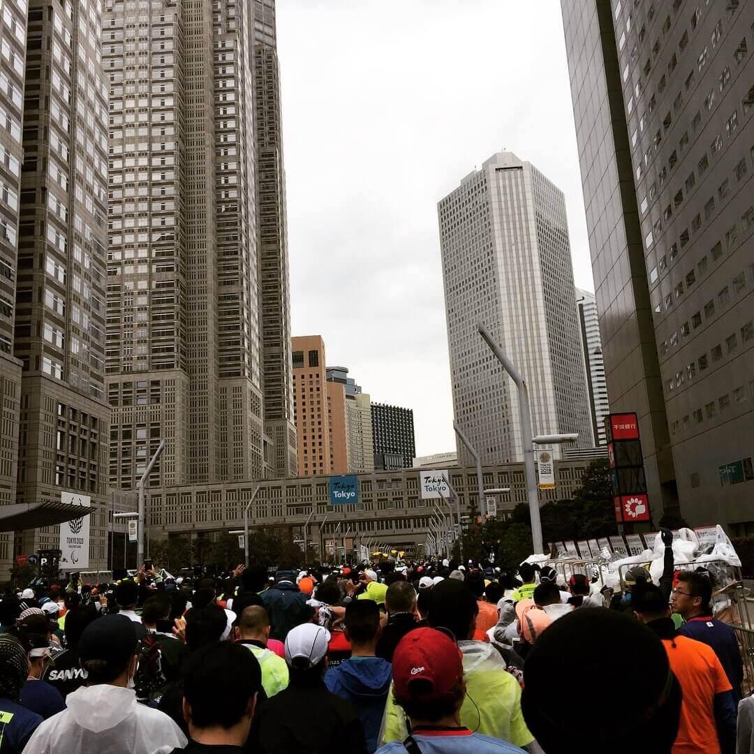 東京マラソン出発地点の人だかり