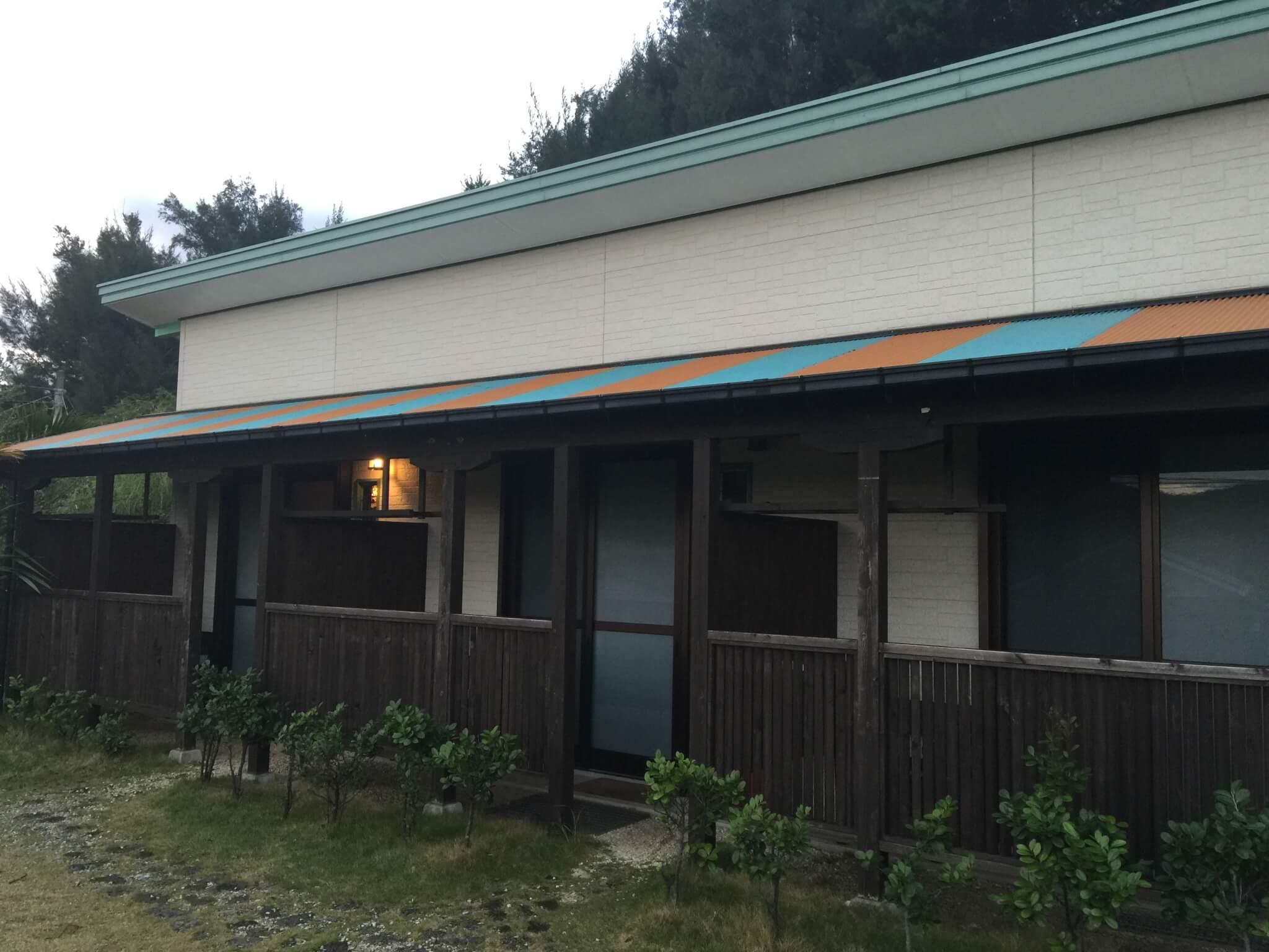 奄美大島ゲストハウスうふたさんのお部屋を外から見た写真