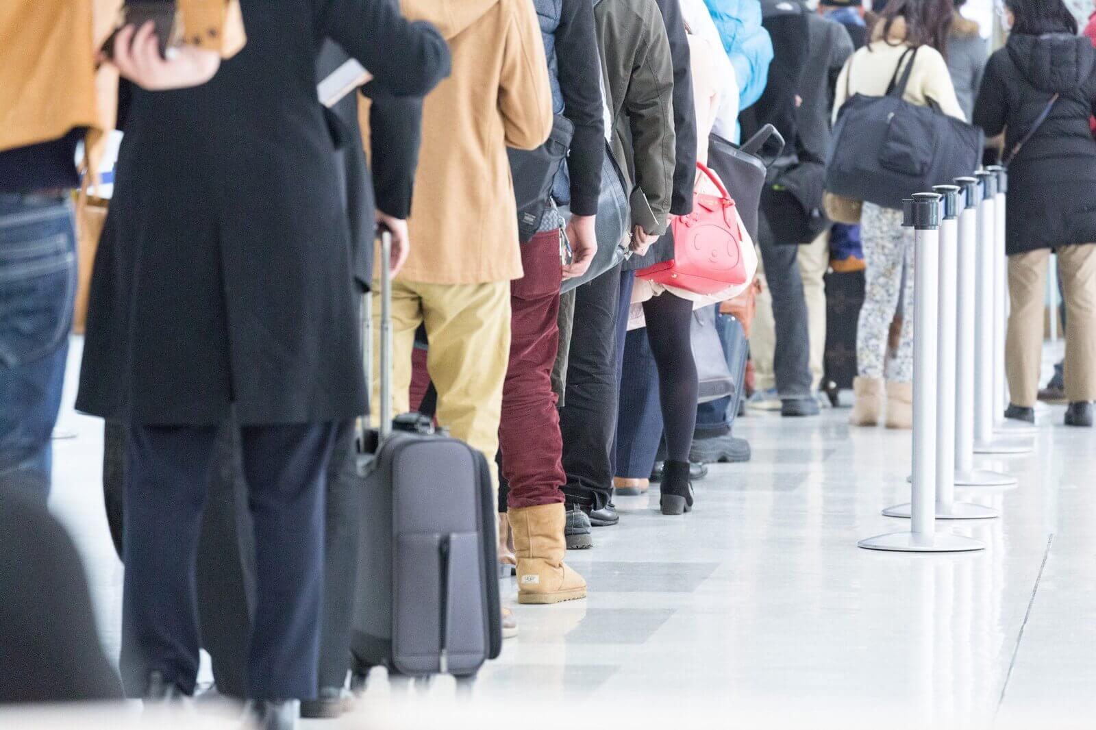 搭乗をまつ乗客たちの列